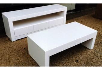 """מזנון ושולחן לסלון    דגם פיקוליני סט מזנון ושולחן    בעיצוב קלאסי גימור אפוקסי מט . במזנון 3 מגירות. בשולחן מגירה קטנה    לשלטים מידות: מזנון:160 שולחן:120*60 ניתן לייצר בשילובי    צבעים שונים ובהתאמה אישית בתאום מול נציג המכירות(בתוספת תשלום) מחירון משלוח : 400 ₪ (ישולם למוביל) תנאי משלוח : הובלה והרכבה ישולם    ע""""י הלקוח למוביל בעת ההגעה. מעל קומה שלישית ללא מעלית תוספת של 50 ש""""ח    לקומה במידה וצריך מנוף ישולם ע""""י הלקוח בכל    מקרה של צורך בשרותי מנוף חיצוניים או פירוק והרכבה החיוב יחול על הלקוח. הובלות    מעבר לנתיבות באר שבע שדרות וללהבים דרומה ומערבה {עוטף עזה עד מעברי הגבול} ומעבר    לקו הירוק, לעפולה מזרחה ועד לחיפה צפונה ייתכן עיכוב באספקה של עד 14 יום ותוספת    של 250 ₪ ישירות למוביל. לאזור    מצפה רמון\אילת תהיה תוספת של 350 ₪."""