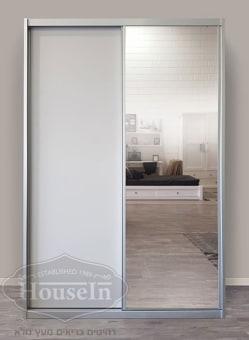 """מידות הארון:  רוחב 160 ס""""מ, גובה 240 ס""""מ, עומק 60 ס""""מ ולפי הזמנה אישית  ארון 2 דלתות הזזה עם מראה בהירה או כהה בדלת אחת או ב-2 הדלתות לפי בחירה, אפשרות ל-2 דלתות מעץ ללא מראה. הארון עשוי מעץ סנדוויץ' איכותי בציפוי פורמייקה ומסגרת אלומיניום. חלוקה פנימית של 6 מדפים מצד אחד ו-4 מדפים ותלייה בצד השני, ניתן לשינוי לפי הזמנה, מגירות ומדפים בתוספת תשלום. ניתן להזמין בצבעי וניל, לבן או אפור."""