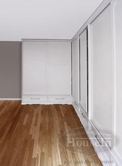 ארון הזזה מעוצב בהתאמה אישית מעץ מלא עם דלתות רבות בחדר שינה. הארון מעוצב עם קרניז תחתון מסוגנן, ידיות ארוכות מותאמות ונוחות לשימוש, ודלתות רחבות במיוחד. הארקון מתוכנן בהתאם לתנאי החדר ולצרכי הלקוח.