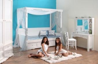 """מיטת אפיריון  מיטה רומנטית לנסיכות המכילה מיטה עליונה, מיטת חבר נוספת, 3 מגירות ו-2 מזרנים. המיטה הכוללת אלמנטים עיצוביים בכותרת התחתונה ובכותרת העליונה, עשויה מעץ מלא: עץ קרוליינה בשילוב עץ אורן וליבנה.  מידות פנימיות מיטת אפיריון:  רוחב פנימי 80-90 ס""""מ לבחירה, אורך פנימי 190 ס""""מ,  ניתן להזמין את מיטת האפיריון בגודל מיטה וחצי, זוגי ובכל גודל נידרש.  ארון דגם אלמוג  ארון 2 דלתות רחבות במיוחד ו-4 מגירות, מעוצב בסגנון פרובנסי, בעל עיטורים בכותרות העליונה והתחתונה המקנים לו מראה רומנטי. לארון דלתות מחורצות וחלק תחתון שבולט מהחלק העליון הנראה כמו שידה שעליו בנוי החלק העליון.  מידות הארון:  רוחב ברוטו 140 ס""""מ, גובה ברוטו : 230 ס""""מ, עומק: 60 ס""""מ  טואלט דגם אלמוג  טואלט רומנטי ויפיפה במיוחד לילדות ונערות. הטואלט מעץ מלא: עץ קרוליינה בשילוב אורן וליבנה. הטואלט בנוי משני חלקים: חלק תחתון שולחן איפור יפיפה עם 2 מגירות. חלק עליון מראה שמסביבה מסגרת עץ, מדפים וכותרת עליונה מעוטרת.  מידות הטואלט:  רוחב 110 ס""""מ, עומק 40 ס""""מ, גובה כולל המראה 160 ס""""מ  שולחן כתיבה דגם אלמוג  שולחן כתיבה מעץ מלא המתאים לשנים רבות. שולחן מעוצב ורומנטי המאופיין בקושרת מסולסלת ומיוחדת ו-שתי מגירות מעוצבות. בשולחן כתיבה אלמוג שקע במרכזו המאפשר לשים תמונות וקישוטים. ניתן לקבלו ללא השקע. צידי השולחן סגורים ומחורצים, מוסיף קלאסיות וייחוד לשולחן.  מידות השולחן:  רוחב 130 ס""""מ, עומק 70 ס""""מ  כוורת / כוננית ספרים לחדרי ילדים ונוער דגם אלמוג  כוננית לתליה מעץ מלא מעל שולחן, המתאימה לצרכי התלמיד. בנויה מ-3 חלקים: חלק אמצעי רחב עם 3 מגירות קטנות, המוסיפות למראה המעוצב ו-2 חלקים פתוחים בצדדים. הכוננית מאופיינת בכותרת עליונה מעוטרת ומסולסלת עם פיתוחים, וצדדיה סגורים ומחורצים בעלי דופן כפולה המעבים אותה ומוסיפים למראה המאסיבי שלה.  מידות הכוננית:  רוחב 130ס""""מ, עומק 30 ס""""מ"""