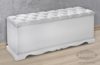 """ספסל אחסון מושקע בעיצוב רומנטי. בעל כרית ישיבה קפיטונאז' הנפתחת לשטח אחסון גדול במיוחד מתחתיה. הספסל מושלם עבור חדר הנערות או חדר השינה. תוכלו למקמו בצמוד לאזור הרגליים של המיטה, ליד שולחן האיפור או כספסל לאזור הנעליים. הספסל עשוי עץ מלא משולב בריפוד בצבעים שונים לבחירה.  מידות:  120/40 ס""""מ"""