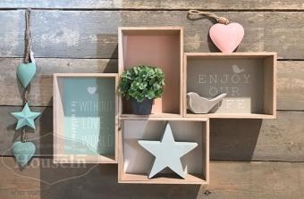 """מידות: 61/43/7 ס""""מ  מדף קופסאות נישה עשוי עץ עם רקעים צבעוניים וכיתוב מדליק בגווני פסטל. מתאים לקישוט בתלייה על הקיר, ניתן להוסיף פריטים אהובים לתוך הקופסאות.  האקססוריז נמכרים בנפרד.  קוד המוצר: EX104341"""