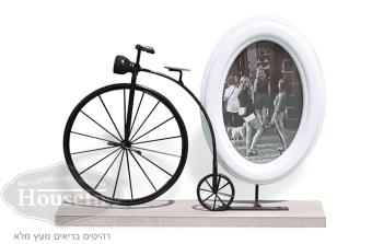 """מידות:  30/25 ס""""מ  מסגרת עגולה עומדת לבנה לתמונה ואופניים עם גלגל קדמי גדול וגלגל אחורי קטן. קיימת  מסגרת מרובעת בצבע אפור  . בלעדי להאוס אין, המלאי מוגבל.  קוד המוצר: AYM105A"""