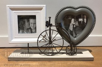 """מידות:  21.5/30 ס""""מ  סט מסגרות מרובעת ולב עם אופניים לקישוט ואבזור חדרי ילדים ונוער. בלעדי להאוס אין, המלאי מוגבל.  קוד המוצר: AYM106"""