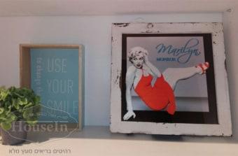 """מידות:  30/30 ס""""מ  תמונה מוארת מרובעת עם תמונה של מרלין מונרו להעמדה על שולחן כתיבה, ליד המיטה, על כוורת או ספריה וכדומה. ייחודי להאוס אין. המלאי מוגבל.  קוד המוצר: AYM094A"""