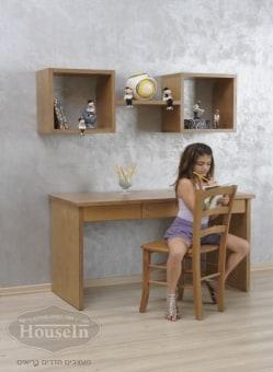"""שולחן כתיבה דגם יפני אותנטי  מידות השולחן:  אורך 140 ס""""מ, עומק 60 ס""""מ  שולחן מעץ מלא מעוצב בקו נקי בסגנון יפני + 3 מגירות, לחדרי ילדים ונוער.  כוורת לתליה דגם יפני אותנטי  מידות הכוורת:  רוחב 140 ס""""מ  כוורת מעוצבת מעץ מלא בצורת משקפיים מרובעים עם מדפים פתוחים לאיחסון חפצי נוי, ספרים, צעצועים וכו'."""