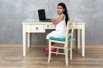"""מידות השולחן:  אורך 140 ס""""מ, רוחב 60 ס""""מ  שולחן כתיבה לילדים, מעוצב בסגנון א-סימטרי עם מגירות בגדלים שונים. ניתן להזמין עם שקע וזכוכית מעל משטחו העליון. השולחן עשוי מעץ מלא וחומרים טבעיים, צביעת ווש על בסיס מים ולכה, ללא שימוש בכימיקלים רעילים.  * המחיר אינו כולל את הכסא"""