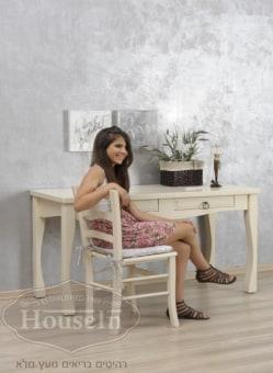 """שולחן כתיבה דגם אלינור פרובנס  מידות השולחן:  140/60 ס""""מ  שולחן רומנטי המאופיין ברגליים מיוחדות וקושרת חזיתית מעוצבת, כולל 2 מגירות. השולחן עשוי מ-100% עץ מלא ומחומרים טבעיים כולל דברים וצבעים, ללא שימוש בכימיקלים רעילים. ניתן להזמין את השולחן במידות ובצבעים לפי בחירה אישית."""