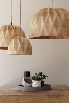 """מנורות האוריגמי האהובות שלנו, בגרסת ה-XL.    מתאימות למטבח, לסלון ולחללים גדולים.    יוסיפו שיק מינימליסטי ומעודכן לכל חלל.       האהיל עשוי נייר עם למינציה דו-צדדית.       מגיע בהדפס עץ. (קיים גם בצהוב, אפור ולבן).    מגיע עם חוט חשמל בצבע שחור וגימור סיליקון תואם לכיסוי תקרה ולכיסוי הנורה.    ניתן לבחור חוט חשמל בצבע אחר (לבן, אפור, צהוב או ורוד), במידה ותרצו יש לציין זאת בהערות.   האהיל מגיע מורכב ומוכן לתליה ושימוש.   יש להשתמש אך ורק בנורה חסכונית או בנורת לד.    *מגיע ללא נורה.       מידות:   חוט חשמל – 1 מטר.   קוטר האהיל – 50 ס""""מ.   גובה האהיל – 30 ס""""מ."""