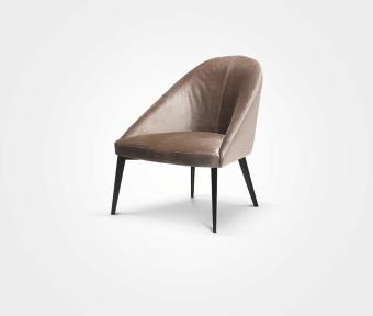 """כורסא בריפוד בד אפור.  מידות:  רוחב: 71 ס""""מ  עומק: 66 ס""""מ  גובה: 77 ס""""מ"""