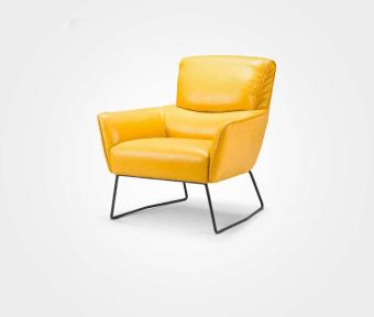 """כורסא בריפוד עור בגוון חרדל.  מידות:  רוחב: 88 ס""""מ  עומק: 85 ס""""מ"""