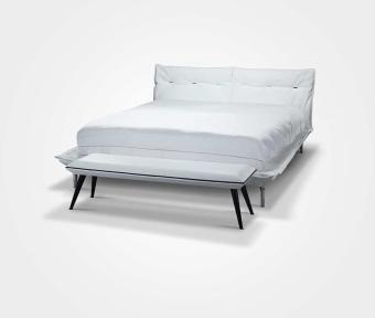"""מיטה בעלת בסיס בריפוד עור.  תוצרת איטליה.  מידות:  מתאים למזרון: 200*160 ס""""מ  ספסל Madame ריפוד עור+קדר. רגליים שחורות.  תוצרת איטליה.  מידות:  אורך:140 ס""""מ"""