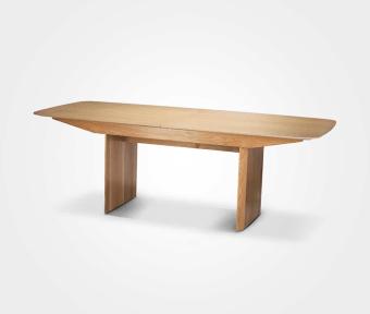 """שולחן אוכל בעל משטח עליון והגדלות מפורניר אלון.  רגל עץ אלון מלא.  מידות:  אורך: 220 ס""""מ  רוחב: 100 ס""""מ  הגדלות: 4*40 ס""""מ"""