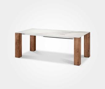 """שולחן אוכל משטח עליון קרמיקה דמוי שיש קאררה.  רגליים אלון פראי.  תוצרת איטליה.  מידות:  אורך: 200 ס""""מ  רוחב: 100 ס""""מ  הגדלות: 2*50 ס""""מ"""