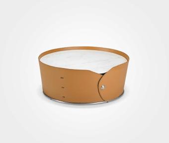 """שולחן סלון עגול.  פלטה עליונה שיש. חיפוי PVC קאמל.  מידות:  קוטר: 90 ס""""מ  גובה: 35 ס""""מ"""