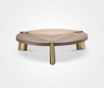 """שולחן סלון עגול עשוי פ. אגוז בשילוב רגל בראס.  מידות:  קוטר: 138 ס""""מ  קוטר פלטה ללא רגליים: 120  גובה: 33 ס""""מ"""