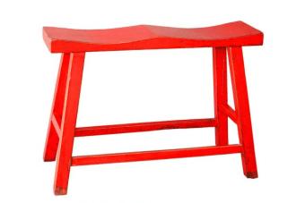 כסא בר זוגי אדום – ספסל מושלם לעיצוב הדלפק במטבח    כסא בר זוגי אדום בוהק מעץ מלא. הכסאות מיוצרים מעץ מלא ואיכותי (רהיט one piece ללא הברגות או הרכבות) בסגנון כפרי מקורי הכולל מבנה קלאסי עם חיזוקים ברגליים ומשטח ישיבה קעור לזוג וצביעה בגוון אדום בוהק עם אפקט מיוחד למראה כפרי. ספסלים זוגיים לבר אידאלים לעיצוב דלפק הבר במטבח או בבית, עכשיו באולם תצוגה בנווה ירק גם בגוונים נוספים.