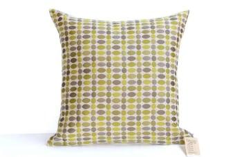 """כרית מעוצבת ירוקה – תוספת צבעונית מקסימה לספה בסלון    כרית מעוצבת ירוקה לספה בסלון. הכריות מעוצבות בסגנון צעיר ושמח, מתאימות כתוספת צבעונית לחלל המגורים בבית. מיוצרות מבד איכותי בגודל ריבועי של 45 ס""""מ.  מומלץ על ידי הצוות."""
