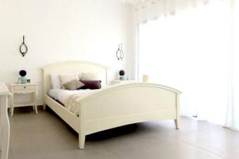 """מיטה זוגית כפרית ומעוצבת בגוון שמנת מעודן ורומנטי    מיטה זוגית כפרית מעץ מלא בצבע שמנת. המיטה מתאימה למזרון ברוחב 160 ס""""מ ואורך 200 ס""""מ, מיוצרת מעץ מלא ואיכותי ומעוצבת בסגנון כפרי קלאסי הכולל מבנה מעוגל של גב אחורי גבוה וגב קדמי נמוך בגוון שמנת מעודן ונעים למראה. תוספת מקסימה ורומנטית לחדר השינה בבית, עם הובלה הרכבה ואיזון במחיר נהדר, עד גמר המלאי."""