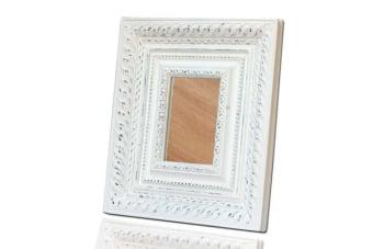 מראה לבנה מעוצבת לטואלט או השולחן    מראה לשולחן צבע לבן המעוצבת בסגנון עתיק קלאסי עם מסגרת רחבה ומהודרת מיוצרת מיציקת פולירזין ומתאימה לעיצוב הטואלט, מזנון או לקיר. להשיג בארבעה גוונים, תוספת עיצובית מקסימה לבית.