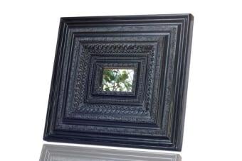 מראה עם מסגרת ענקית לעיצוב הבית    מראה מסגרת שחורה לתלייה על קיר. המראה בעלת מסגרת גדולה במיוחד, המיוצרת מיציקת פולירזין ומתאימה כתמונה אומנותית מעוצבת לקיר בבית או במשרד. תוספת עיצובית מיוחדת לחלל המגורים.