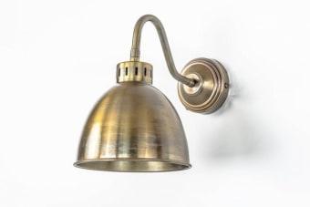 מנורת קיר נחושת בסגנון מיושן ומקסים    מנורת קיר נחושת המיוצרת ממתכת מצופת פליז ומעוצבת בסגנון מיושן. מתאימה בתור מנורת אוירה לאורך הקיר בסלון, פינת האוכל או במבואת הכניסה ואידאלית עם נורה עמומה יחסית כתוספת עיצובית חמה. עכשיו עם שרות משלוחים ארצי.