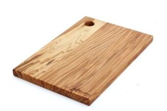 קרש חיתוך בינוני מעץ זית בסגנון כפרי    קרש חיתוך בינוני מעץ. הקרש מיוצר מעץ זית מלא ומעוצב בסגנון כפרי טבעי הכולל את הטקסטורה הטבעית של העץ. מתאים לעבודה שוטפת במטבח אבל גם בתור פלטה להגשת גבינות וכדומה. מיוצר באיטליה, מוצר מקסים ותוספת עיצובית כפרית מקורית למטבח.