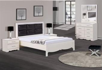 חדר שינה מעוצב בסגנון לואי הכולל, מיטה זוגית עם כריות מרופדות בראש המיטה וחזית מעוטרת. קומודה רחבה מהודרת וזוג שידות לילה תואמות לגימור המיטה.