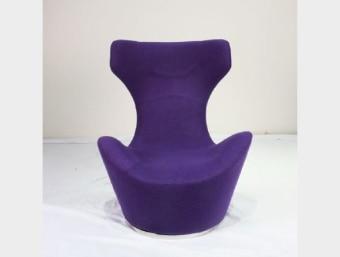 "C092H סגול  כורסאת מעצבים נוחה ומפנקת במיוחד בעלת מראה מודרני המעשיר את המראה הכללי של החלל בו הוא ממוקם. שילדת הכורסא עשויה מתכת המצופה בספוג המעניק לכורסא רכות ונוחות ומרופדת בצמר איכותי. בסיס הכיסא עשוי מתכת.  מידות:     רוחב- 80 ס""מ     עומק- 78 ס""מ     גובה- 96 ס""מ"