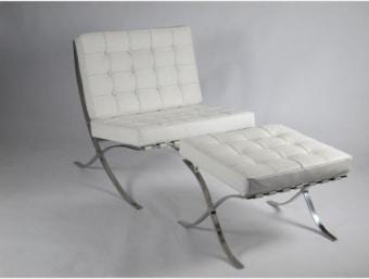 "S005 לבן  כורסאת מעצבים דגם ברצלונה נוחה ומפנקת במיוחד המעוצבת בסגנון רטרו. הכורסא כוללת גם הדום לרגליים. שילדת הכורסא עשויה נירוסטה (STAINLESS STEEL) וכרית ישיבה נוחה העשויה ספוג המעניק לכורסא רכות ומרופדת בדמוי עור איכותי מסוג PU.  מידות:     כורסא-     רוחב- 75 ס""מ     עומק- 75 ס""מ     גובה- 75 ס""מ  הדום-     רוחב- 58 ס""מ     עומק- 53 ס""מ     גובה- 33 ס""מ"