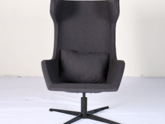 "C028 אפור  כורסאת מעצבים אפורה נוחה במיוחד ובעלת מראה וינטאז' המשדרג את המראה הכללי של החלל בו הוא ממוקם. שילדת הכורסא עשויה מפיברגלס המצופה בספוג המעניק לכורסא רכות ונוחות ומרופדת בצמר איכותי. בסיס הכיסא עשוי מתכת.  מידות:     רוחב- 115 ס""מ     עומק- 75 ס""מ     גובה- 80 ס""מ"