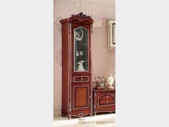 """9861 ויטרינה דלת אחת  ויטרינה מעוצבת לסלון בסגנון לואי וינטאז' מקולקציית """"ברקת"""" בצבע חום בשילוב עיטורי זהב המעניקים לו מראה יוקרתי וייחודי. ויטרינה זו בעלת דלת זכוכית המאפשרת אחסון והצגה של דברי נוי, מגירה ודלת עץ אטומה המאפשרת אחסון של אלבומים וכד'  אורך- 62 ס""""מ  עומק- 48 ס""""מ  גובה- 230 ס""""מ"""