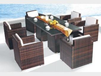9589  פינת אוכל מעוצבת לגינה העשויה מראטן סינטטי עמיד במיוחד בכל תנאי מזג האוויר. מערכת זו בעלת מראה מודרני ויקרתי וזאת הודות לכורסאות המיוחדות והמפנקות המשולבות בפינת אוכל זו. המערכת כוללת:      6 כיסאות עם ידיות      שולחן בחיפוי זכוכית מחוסמת     מזרנים