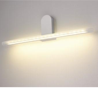 גוף תאורה LED צמוד קיר מעוצב להארה מעל מראות ותמונות.  מקור אור: SMD 10W 230V.  גוון אור: לבן חם 3000K.  אלומה: רחבה כלפי מטה.  גוף: אלומיניום.  ציוד: דרייבר 10W (כלול).  התקנה: צמוד קיר.  גימור: לבן מט.