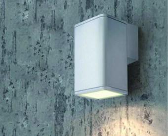 92031  צמוד קיר לשימוש תאורת חוץ. מקור אור 1X75W PAR30 E27. מיוצר מאלומיניום. זמין בצבע אפור, לבן, בזלת.  מפרט טכני  מקור אור:  1X75W PAR30 E27  מתח זינה:  230V  דרגות הגנה:  54  קבוצת בידוד:  1  חומר:  אלומיניום  זמין בצבע:  אפור, לבן, בזלת  אחריות:  1 שנים