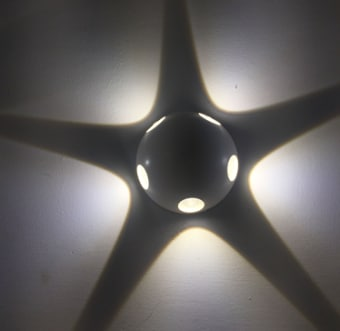 גוף תאורה LED צמוד קיר מוגן מים להארה בלתי ישירה (דקורטיבית) לחמישה כיוונים.  מקור אור: POWER LED 5*1W 230V.  גוון אור: לבן חם 3000K.  אלומה: 40 מעלות לארבעה כיוונים.  גוף: אלומיניום.  עדשה: זכוכית 40 מעלות שקופה.  ציוד: דרייבר 5W (כלול).  התקנה: צמוד קיר באמצעות פלטת התקנה.  גימור: לבן מט.  שחור.