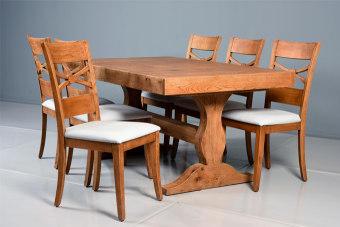 """פינת אוכל מיוצרת מעץ אלון מבוקע, היושבת על רגל מעוצבת המקנה  כניסה מקסימאלית של הכיסאות אל צידי השולחן.  מידות:  180 X 100 (המידות ניתנות לשינוי).  פתיחה:  פתיחת אמצע, 40 X הגדלות 5 ס""""מ.  מספר סועדים:  במצב סגור - 8. במצב פתוח - 16. מצב פתוח בהתאמה אישית - עד 28."""