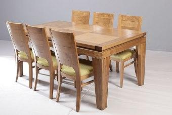 """השולחן מיוצר מעץ מייפל,  בעל רגליים פינתיות ושילוב של פרקט וקנט מסתובב בפלטה העליונה.  מידות:  180  X 100  (המידות ניתנות לשינוי).  פתיחה:  פתיחת צד, הגדלת פרפר 120 ס""""מ  מספר סועדים:  במצב סגור - 8. במצב פתוח - 12."""