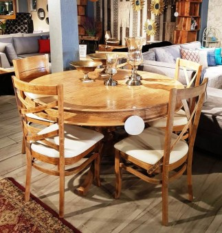 """פינת אוכל עגולה + 5 כסאות מעץ דגם רפאלי פינת אוכל יפהפיה לכל החיים, בעיצוב כפרי. שולחן עגול נפתח, עשוי פורניר בגוון אלון מושחר, עם רגל מרכזית מגולפת, השילדה מחוברת ע''י חיבורי עץ והברגות ליציבות וחוזק מירבי לשנים רבות. 5 כיסאות מעוצבים ועמידים לאורך זמן, עם מושב מרופד בדמוי עור בגוון שמנת. מידות השולחן: קוטר: 140 ס""""מ. לשולחן יש 2 הגדלות ברוחב 50 ס""""מ כל אחת, כך שהשולחן נפתח למידה 240 ס""""מ במצב פתוח. גוון אלון מושחר. * ניתן להזמין בגוון אלון טבעי. המחיר הינו לשולחן + 5 כסאות בלבד. ניתן לשלם ב- 12 תשלומים שווים ללא ריבית והצמדה."""