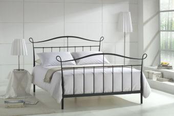 """מיטת מתכת זוגית דגם RD 806 מיטת מתכת בעיצוב קלאסי המוסיפה לחדר השינה מראה רומנטי. המיטה חזקה במיוחד, עשוייה ממתכת אל חלד, העמידה מפני חלודה וקלה לניקוי. מסגרת המיטה בנוייה מ-2 קורות מתכת עבות המחוברות לראש המיטה הקדמי והאחורי בעזרת חיבורים נצמדים חזקים ביותר המבטיחים יציבות מושלמת למיטה ומעניקים תמיכה למזרן. משטח השינה עשויי סלאטים גמישים (רצועות מעץ מלא עם רווח ביניהן) עם קורות תמיכה באמצע, כדי לאפשר למזרון להתאוורר ו""""לנשום"""". המיטה נצבעת בהליך צביעה ייחודי בתנור, בתהליך זה המיטה עמידה בפני חלודה, שריטות ושחיקה. המיטה מתאימה למזרן במידה 140X190 ס""""מ. צבעים לבחירה: שחור, לבן, שמנת, ברונזה, כסף. 12 תשלומים ללא ריבית. המחיר מתייחס למיטת מתכת בלבד לל א מזרן , ניתן לקנות מזרנים תואמים בתוספת מחיר. * ניתן להזמין גם מיטת יחיד, מיטה וחצי או מיטה עם הפרדה יהודית באותו עיצוב, צור קשר עם נציג לשינויים מיוחדים. לפרטים נוספים, ליעוץ ולהזמנות חייגו"""