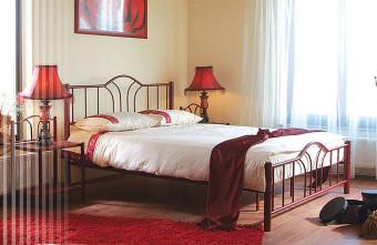 """מיטת מתכת זוגית דגם טובי מיטת מתכת דגם טובי בעיצוב מודרני צעיר ושובה עין. מוסיפה לחדר השינה מראה צעיר ורענן. מסגרת המיטה מחוזקת על ידי מוטות מתכת מיוחדים המבטיחים יציבות מושלמת למיטה ומעניקים תמיכה למזרן. בסיס המיטה לייסטים ממתכת + משטח דיקט מעליו. שמנת, לבן, שחור וכסף. מידות חיצוניות בס""""מ: רוחב – 148, אורך-200. גובה ראש אחורי: 106.5 ס""""מ. ג ובה ראש קדמי: 54 ס""""מ. מתאימה למזרן במידות: 140X190 ס""""מ. המחיר מתייחס למיטת מתכת בלבד ללא מזרן , ניתן לקנות מזרנים תואמים בתוספת מחיר. לפרטים נוספים, ליעוץ ולהזמנות חייגו"""