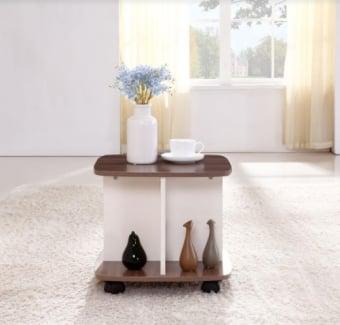 """שולחן סלון קומפקטי. מתאים לשימוש גם בתור שולחן צד.   על גלגלים. פינות של פלטה מעוגלות.   צבע חום עם לבן.   מידות: 45*45 ס""""מ, גובה 50 ס""""מ."""