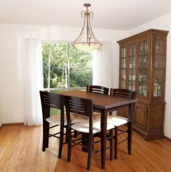 """פינת אוכל הכוללת שולחן בוק מלבני נפתח לאורך 170 דגם  PADOVA  .  השולחן עשוי עץ בוק מלא במבחר גוונים.  פינת האוכל כוללת 4 כסאות עשויים עץ בוק מסיבי במבחר גוונים.  ריפוד הכסאות עשוי בד דמוי עור איכותי.  מידות השולחן:  110X75 ס""""מ נפתח לאורך 170 ס""""מ  מיוצר באיטליה.  ניתן להזמין כסאות נוספים בתוספת מחיר."""