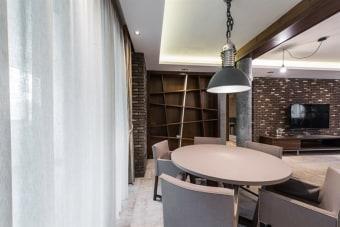 פינת אוכל עגולה דגם רוזלי  עיצוב מודרני מתקדם בצבע אפור  בשילוב כיסאות עור בצבע תואם