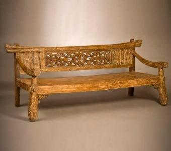 """ספסל מגולף מעץ ממוחזר רוחב: 95 ס""""מ אורך: 210 ס""""מ גובה: 65 ס""""מ"""