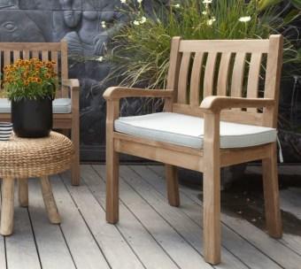 כיסא גינה עם משענות לידיים וכרית מושב
