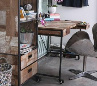 """שולחן עבודה עם מסגרת שחורה וגלגלים רוחב: 70 ס""""מ אורך: 140 ס""""מ גובה: 78 ס""""מ"""