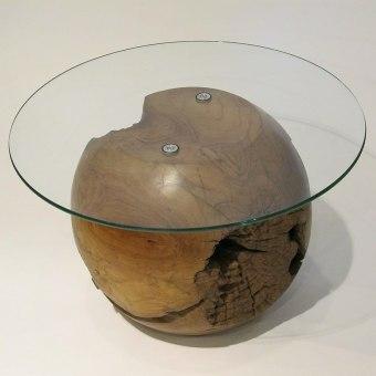 """שולחן מכדור טיק וזכוכית רוחב: 70 ס""""מ אורך: 70 ס""""מ"""