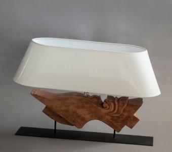 """מנורת שולחן עם מעמד מעץ מגולף רוחב: 20 ס""""מ אורך: 90 ס""""מ גובה: 50 ס""""מ"""
