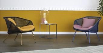 Colony בעיצוב קל ואוורירי  Colony בעיצוב קל ואוורירי מבית Miniforms איטליה  המבנה העוטף וקלילות הקש הווינאי מאפיינות כורסה נוחה זו, דיוקן יצירתי של עיצוב מודרני. שיפוע עדין וכריות מפנקות לישיבה ממושכת. המבנה זמין בצבע או עץ אשה טבעי , וריפודים במרקמים ובצבעים שונים.